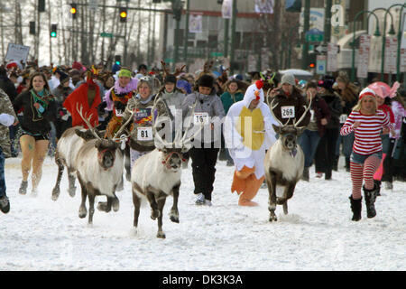 Mar 6, 2011 - Anchorage, Alaska, États-Unis - Les gens s'exécuter avec le renne 4e Avenue, dans le centre-ville Banque D'Images