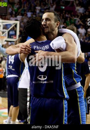 11 septembre 2011 - Mar del Plata, Buenos Aires, Argentine - l'Argentine, MANU GINOBILI hugs PABLO PRIGIONI que Banque D'Images