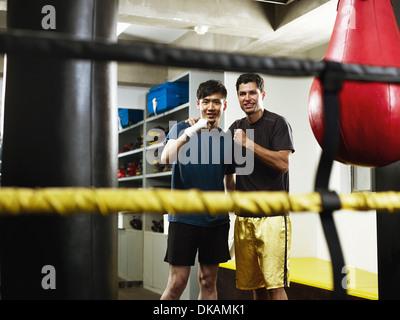 Les boxeurs dans l'évolution des prix avec les poings serrés Banque D'Images