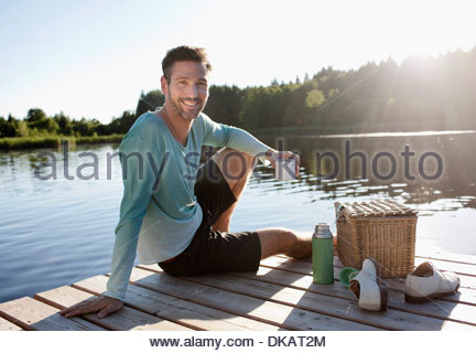 Young decking - terrasse au bord du lac avec panier de pique-nique Banque D'Images