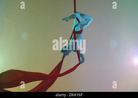 Danseuse aérienne avec ruban rouge à l'envers Banque D'Images