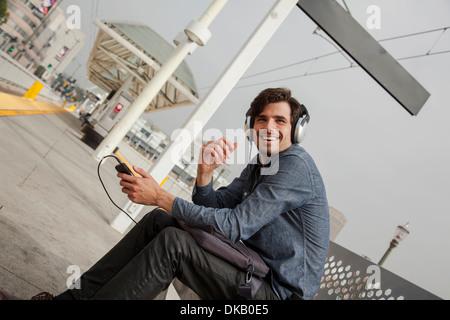 Homme portant des écouteurs à la station, Los Angeles, Californie, USA Banque D'Images