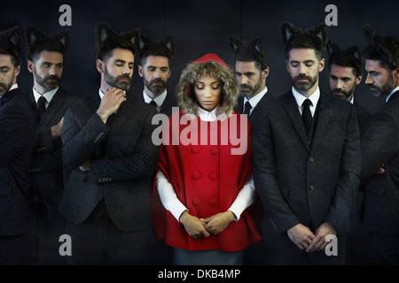 Femme habillée en petit chaperon rouge, avec des hommes d'image multiples Banque D'Images