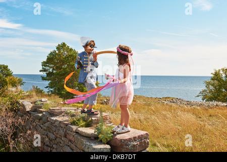 Deux enfants déguisés en continu, d'Eggergrund, Suède Banque D'Images
