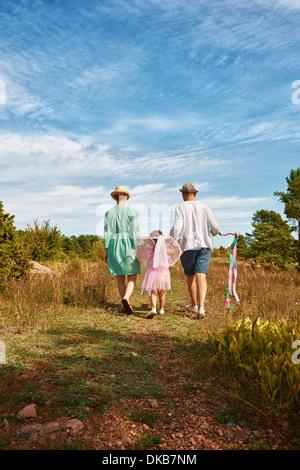 Balades en famille sur l'herbe, vue arrière, Eggergrund, Suède Banque D'Images