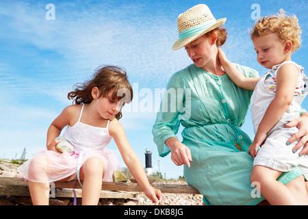 La mère et les filles sur la plage, Eggergrund, Suède Banque D'Images
