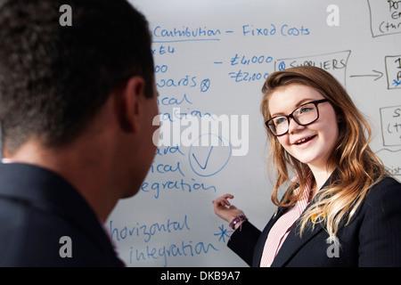 Présenter des idées d'écolière en classe Banque D'Images
