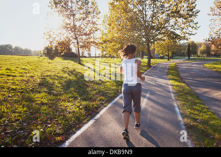 Femme courir dans le parc, l'arrière-plan de remise en forme Banque D'Images