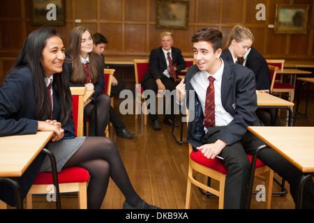 Groupe d'élèves adolescents en classe d'examen de détente Banque D'Images