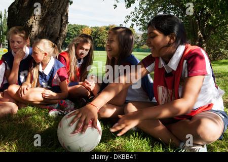 L'équipe de netball écolière adolescente en rupture de détente Banque D'Images