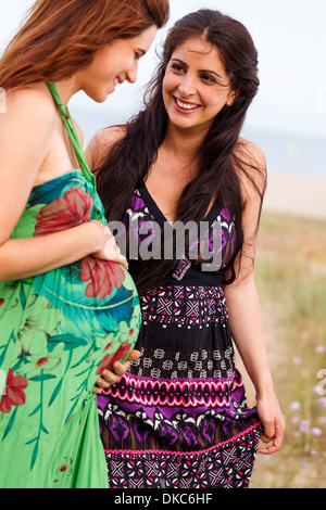 Femme enceinte et ami Banque D'Images