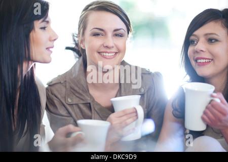 Trois amies à boire du café Banque D'Images