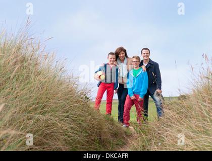 Portrait de famille sur les dunes de sable Banque D'Images