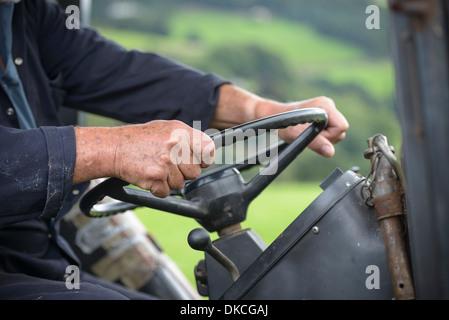 Agriculteur mature dans la cabine du tracteur, Close up
