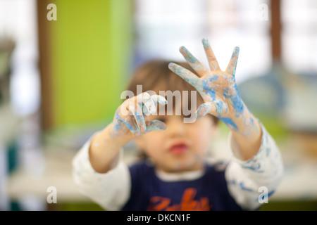 Enfant jouant avec l'aquarelle en classe Banque D'Images