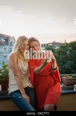 Deux femmes faisant l'auto portrait, Berlin, Allemagne Banque D'Images