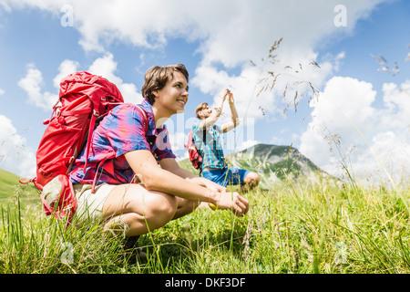 Jeune couple hiking, Tyrol, Autriche Banque D'Images