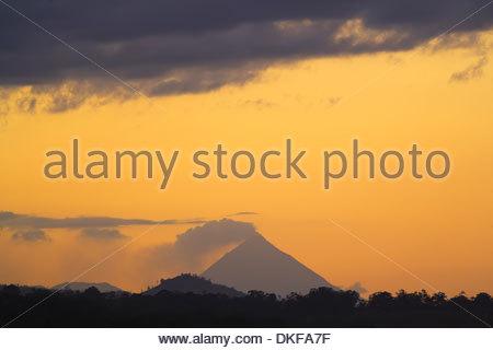 Soir vue sur le volcan Arenal, la Fortuna, Costa Rica Banque D'Images