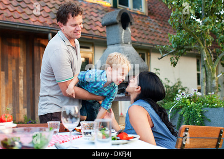 Family having dinner in garden Banque D'Images