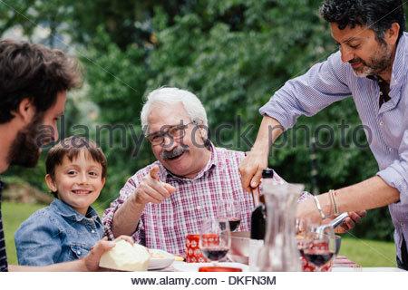 Garçon et grand-père au repas de famille Banque D'Images