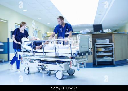 Deux médecins se précipiter avec gurney en urgence de l'hôpital Banque D'Images