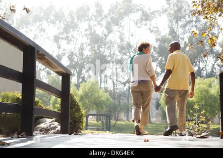 Couple sur passerelle park Banque D'Images