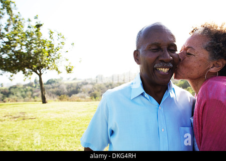 Senior woman kissing man on cheek Banque D'Images