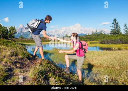 Jeune couple hiking, Bischofsmuetze und Gosaukamm, Salzburger Land, Dachstein, Autriche, Europe Banque D'Images