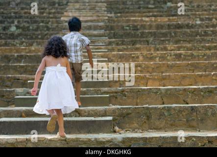 Deux frères et sœurs, une fillette âgée de 5 ans, monsieur le jeune Indien et un 4-year-old fille guatémaltèque Banque D'Images
