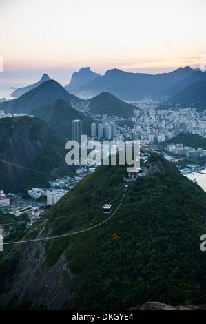 Vue depuis le pain de sucre et le célèbre cable car au coucher du soleil, Rio de Janeiro, Brésil, Amérique du Sud Banque D'Images