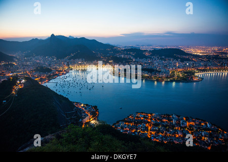 Vue depuis le pain de sucre au coucher du soleil, Rio de Janeiro, Brésil, Amérique du Sud Banque D'Images