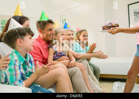 Family celebrating girls birthday Banque D'Images
