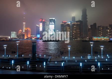 Vue de nuit sur les toits de Pudong vu du Bund à Shanghai, Chine Banque D'Images