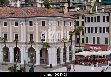 Piazza della Vittoria à Salo, sur le lac de Garde, est le point d'embarquement pour les ferries.