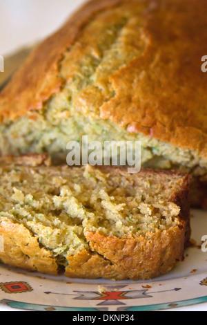 Close up d'une tranche de pain fraîchement cuit les courgettes Banque D'Images