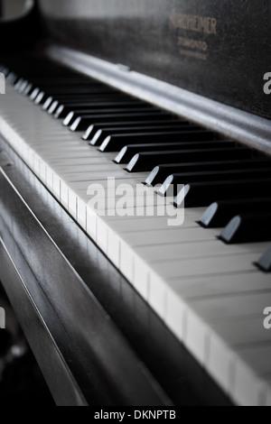 Détail d'un piano droit du clavier. Banque D'Images