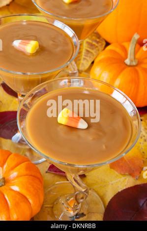 Verres rempli de pudding au caramel décoré avec des bonbons maïs Banque D'Images