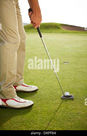 L'homme prépare à putt on golf course Banque D'Images