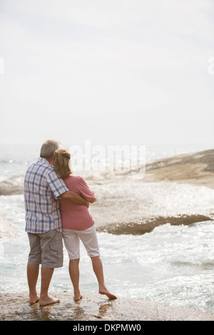 Vieux couple hugging on beach Banque D'Images