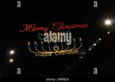 Des lumières décoratives à Sheffield célébrer Noël, Hannoucah et Eid. Banque D'Images