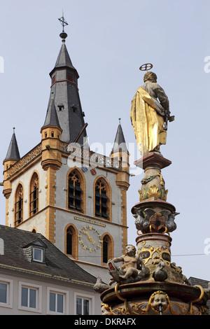 La Hauptmarkt Trèves St Gangolf Petrusbrunnen Petrus bien marché principal Banque D'Images