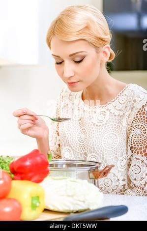 Jeune femme soupe dégustation Banque D'Images
