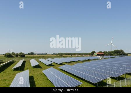 L'énergie, panneau solaire, éoliennes, Niebuell, Schleswig Holstein, Allemagne Banque D'Images