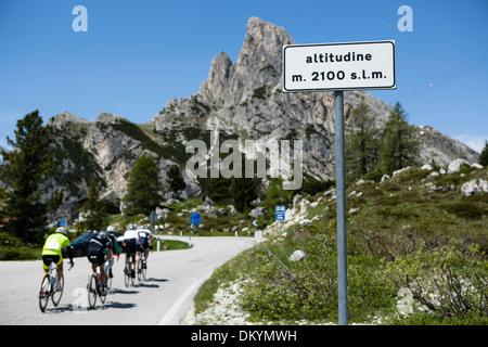 Les cyclistes au-Maratona dles Dolomites, Italie Banque D'Images