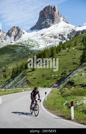 Au cycliste-Maratona dles Dolomites, Italie Banque D'Images