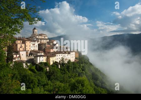 Abeto dans la brume sur la Valnerina, Ombrie, Italie Banque D'Images