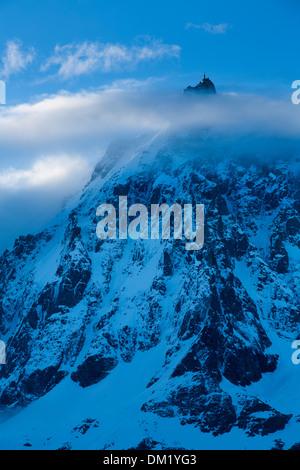 L'Aiguille du Midi qui apparaissent à travers les nuages, le Mont Blanc, les Alpes, Haute-Savoie, France Banque D'Images