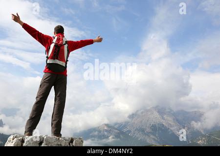 Alpiniste au sommet d'une montagne profitant de son succès Banque D'Images