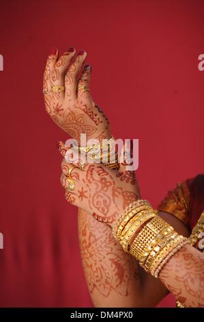 Mariée indienne bangles golden avec dans la main Banque D'Images