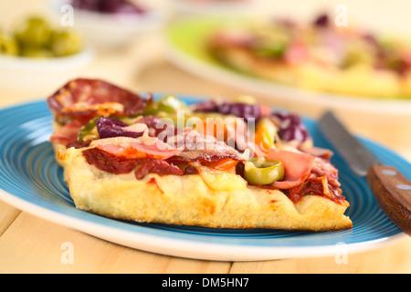 Des pizzas fraîches morceau avec la sauce tomate, jambon, salami, les olives, le poivron et le fromage sur le dessus, Banque D'Images